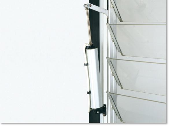 Mingardi-D4-actuator opening a Louvre window